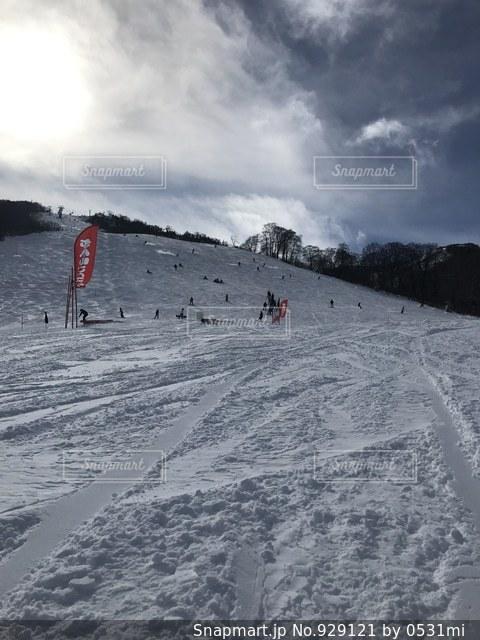 雪をスノーボードに乗る男覆われた斜面の写真・画像素材[929121]