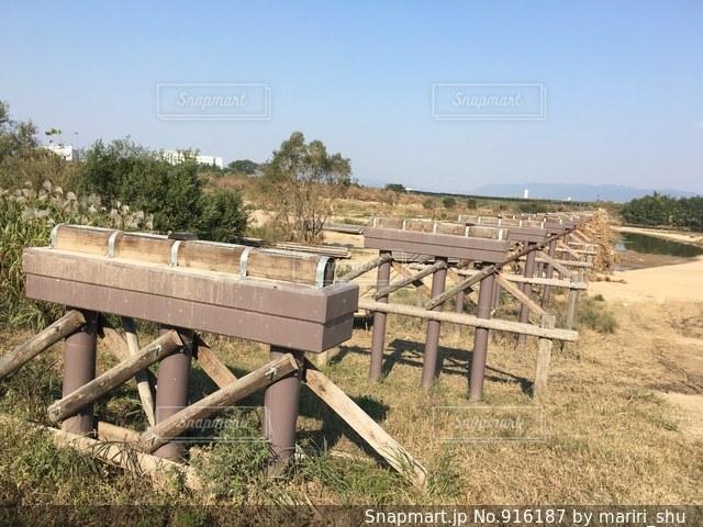 草の中に座っている木製のベンチ - No.916187