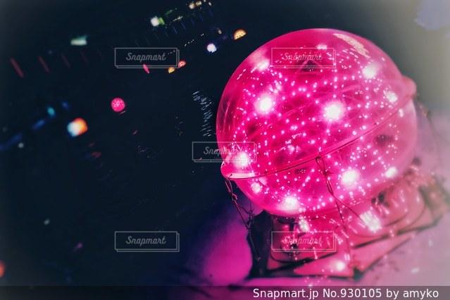 近くにピンクの花のアップの写真・画像素材[930105]