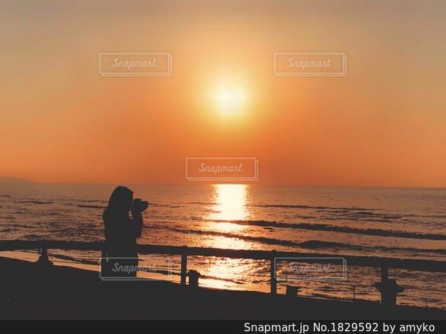 夕焼け空とシルエットの写真・画像素材[1829592]