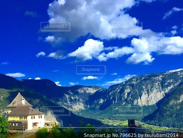 背景の山の家の写真・画像素材[796625]