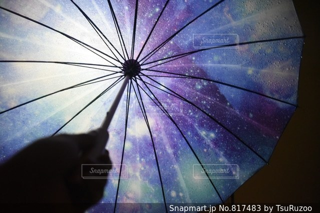 開いている傘の写真・画像素材[817483]