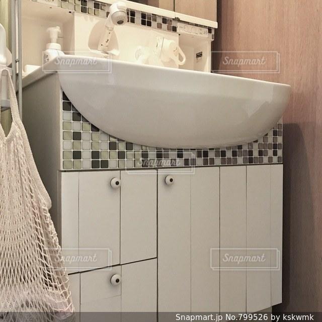 洗面台と鏡付きのバスルームの写真・画像素材[799526]