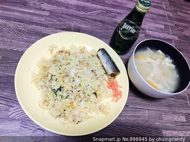 テーブルの上に食べ物のプレートの写真・画像素材[898945]