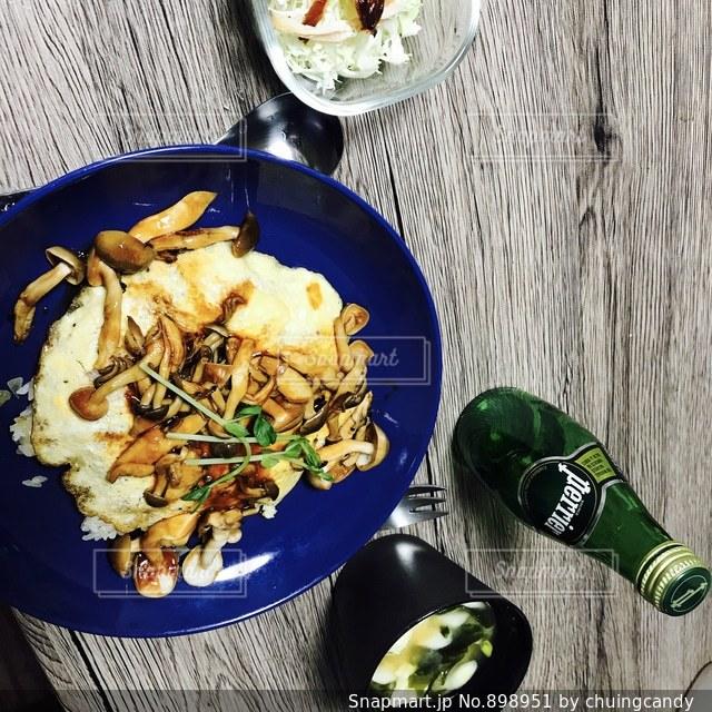 板の上に食べ物のボウルの写真・画像素材[898951]
