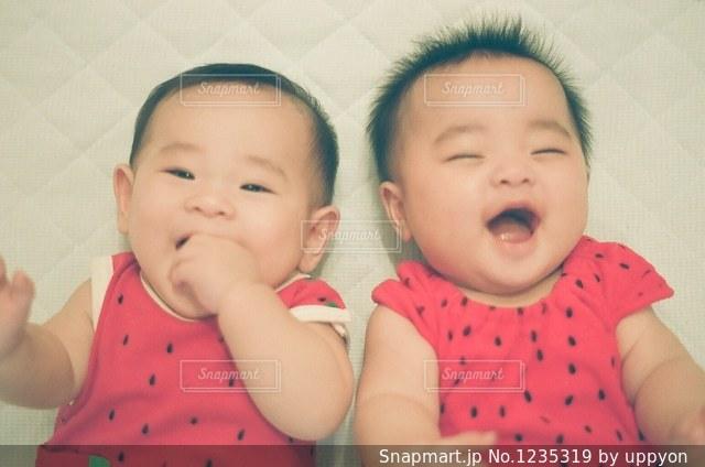 赤ん坊を持っている人の写真・画像素材[1235319]