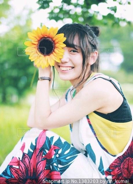 ひまわりと笑顔の写真・画像素材[1383203]