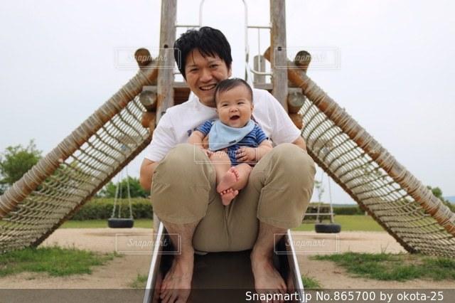 赤ん坊を抱える男性の写真・画像素材[865700]