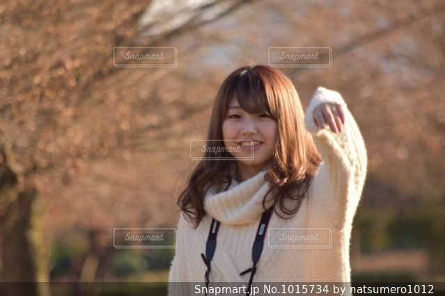 カメラの笑みを浮かべて女性の写真・画像素材[1015734]