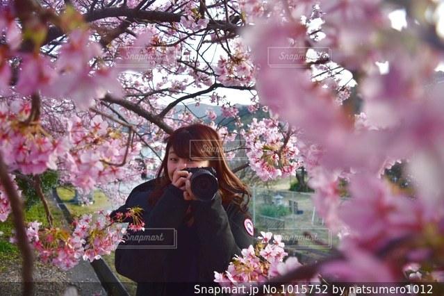 花の前に立っている女性の写真・画像素材[1015752]