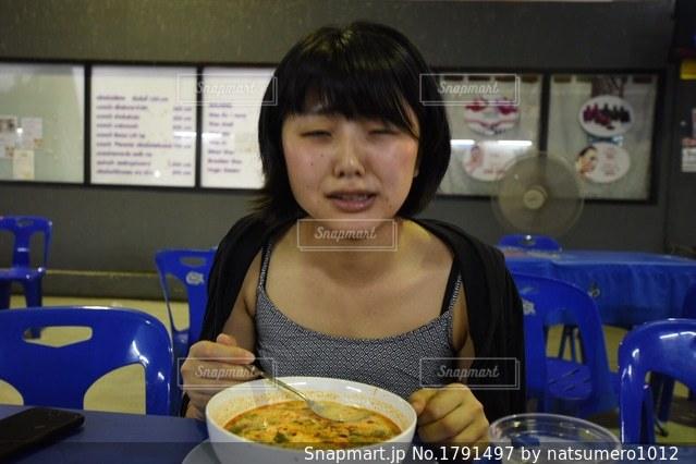 食品のプレートをテーブルに着席した人の写真・画像素材[1791497]