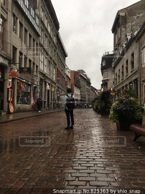 街の通りを歩いている人のグループの写真・画像素材[825363]