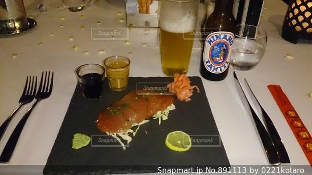 食品とテーブルの上のビールのグラスのプレートの写真・画像素材[891113]