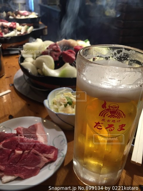食べ物やビール、テーブルの上のガラスのプレートの写真・画像素材[899134]