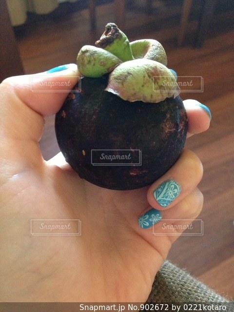 果物を持っている手の写真・画像素材[902672]