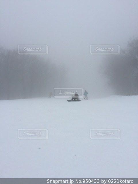 雪に覆われた斜面をスキーに乗る男の写真・画像素材[950433]