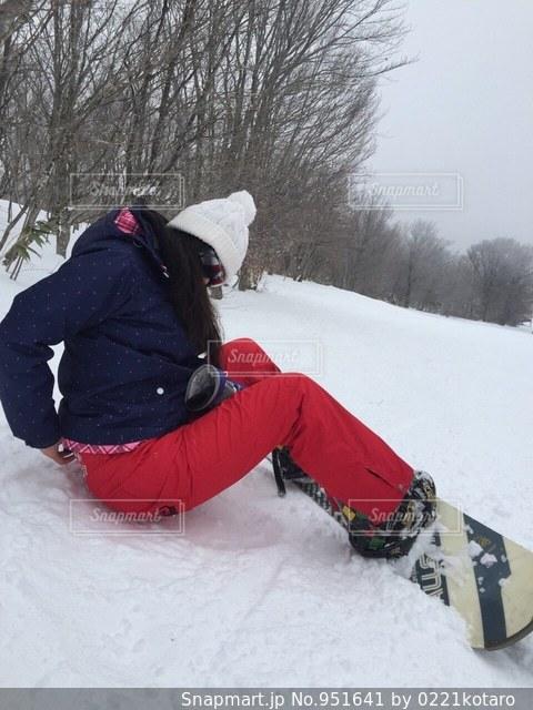 雪のボードに乗る人 - No.951641