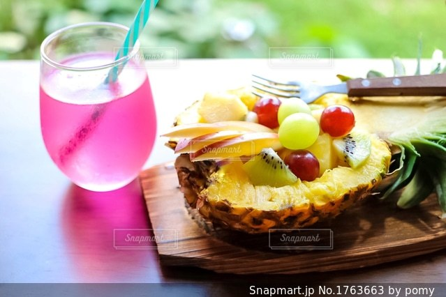 パイナップルのフルーツバスケットの写真・画像素材[1763663]