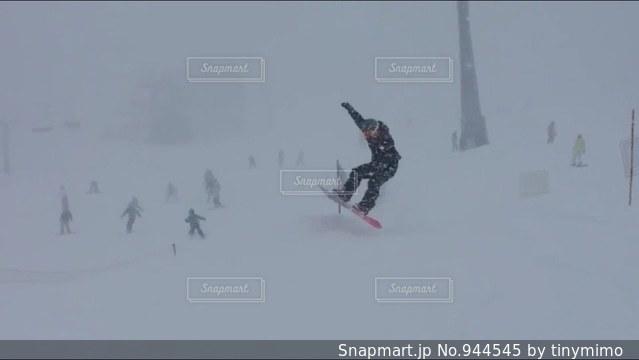 雪をスノーボードに乗る男覆われた斜面 - No.944545