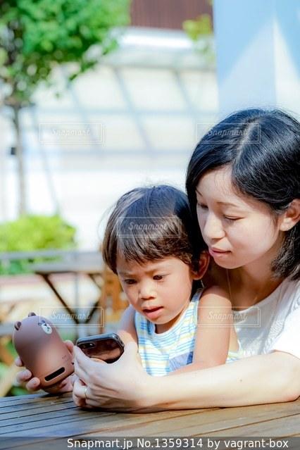 テーブルに座っている母と子の写真・画像素材[1359314]