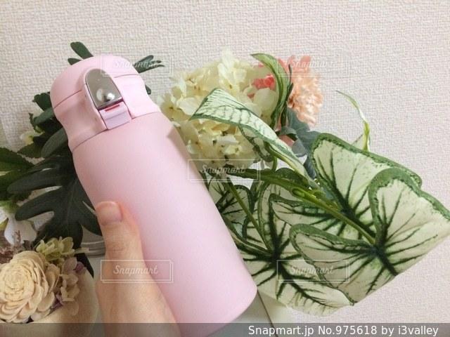 花を持っている人の写真・画像素材[975618]