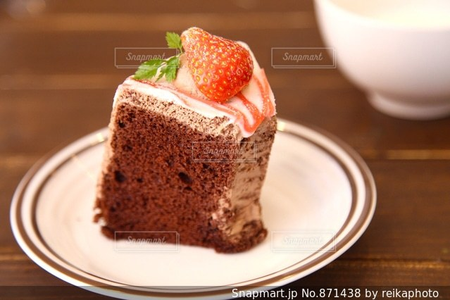 苺ののったシフォンケーキの写真・画像素材[871438]