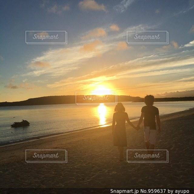 海と夕焼けと男女の写真・画像素材[959637]