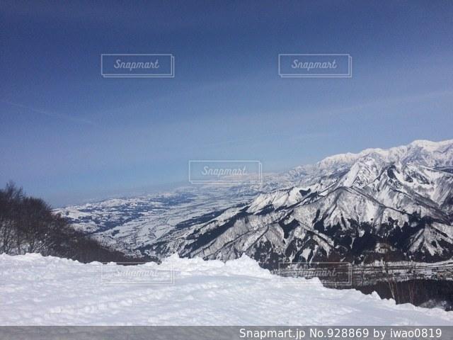 雪に覆われた山の写真・画像素材[928869]