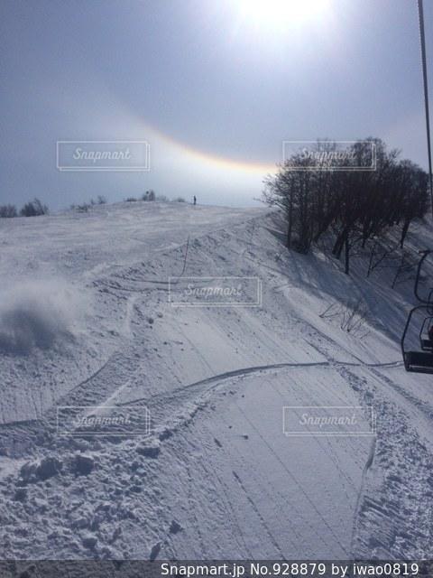 雪に覆われた斜面をスキーに乗る男 - No.928879