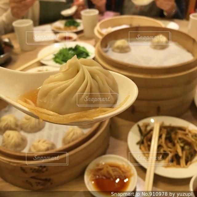 テーブルの上に食べ物のボウルの写真・画像素材[910978]