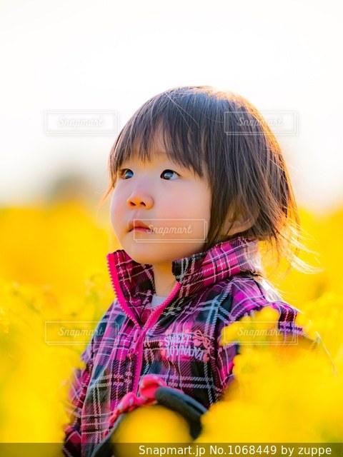 黄色のシャツを着ている少女の写真・画像素材[1068449]