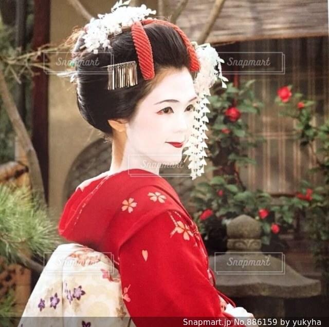 赤い着物の舞妓さんの写真・画像素材[886159]