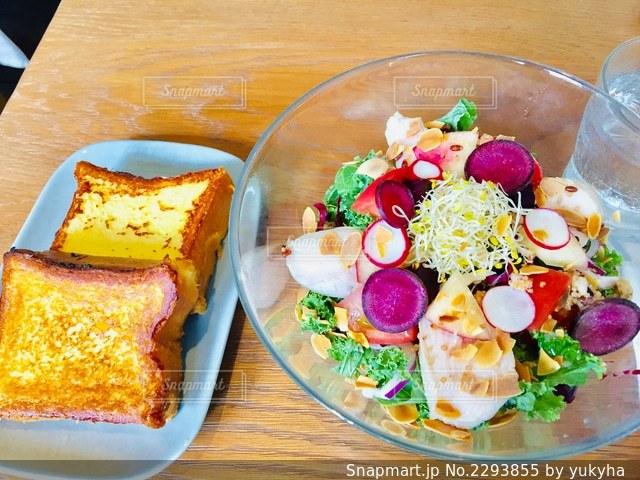 テーブルの上の食べ物の皿の写真・画像素材[2293855]