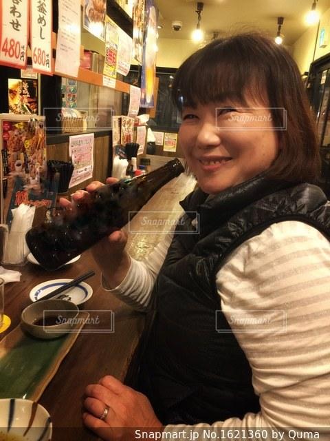 食物と一緒にテーブルに座って人の写真・画像素材[1621360]