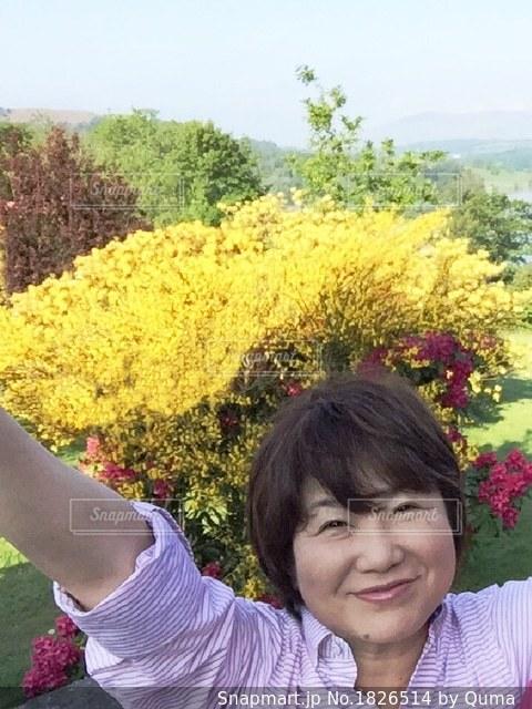 少女カメラに笑顔を持っている手の写真・画像素材[1826514]