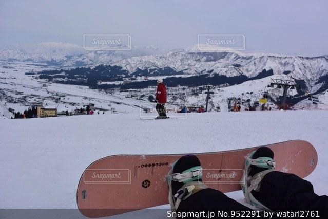 雪のボードに立っている人 - No.952291