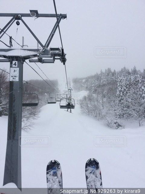 雪の上にスキーに乗っている人のグループ対象斜面 - No.929263