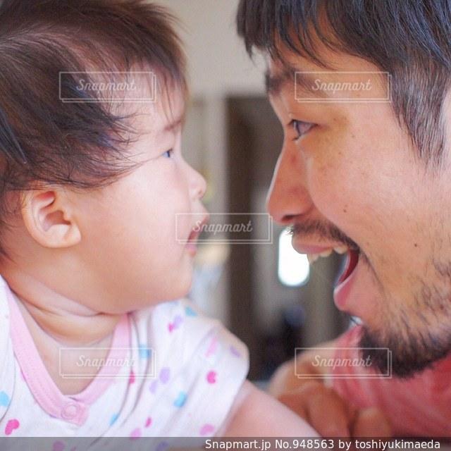 近くに赤ちゃんのアップの写真・画像素材[948563]
