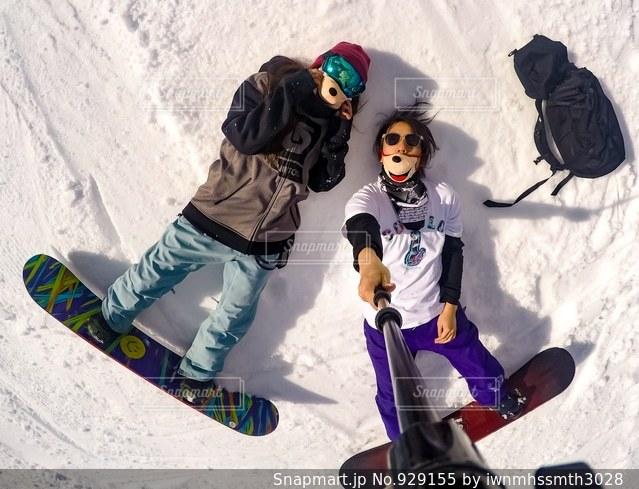 雪をスノーボードに乗る男覆われた斜面の写真・画像素材[929155]