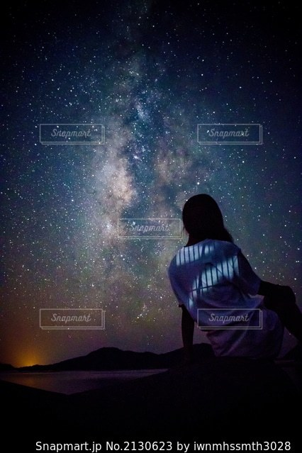 暗い空にいる女の写真・画像素材[2130623]