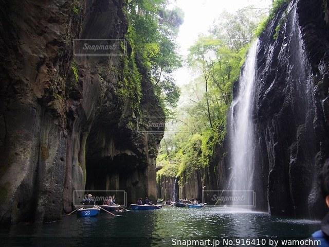 滝の隣に立っている人のグループの写真・画像素材[916410]