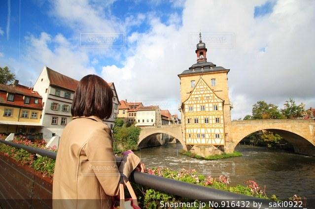 川に橋の前に立っている人の写真・画像素材[916432]