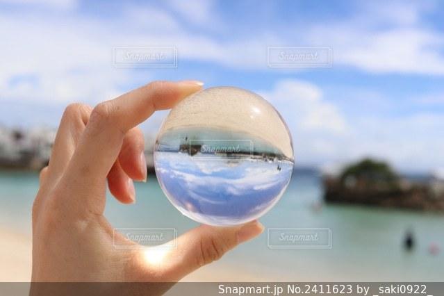 手の中におさめた青空の写真・画像素材[2411623]