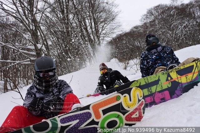 雪のボードの上に座って人々 のグループ - No.939496