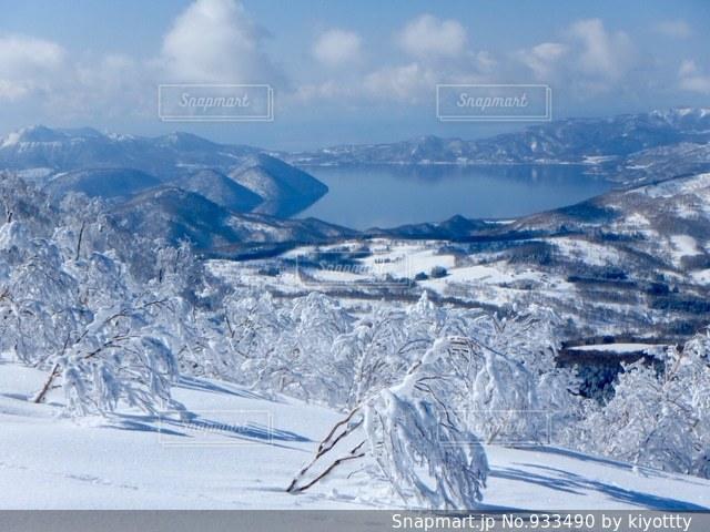 雪に覆われた山の写真・画像素材[933490]