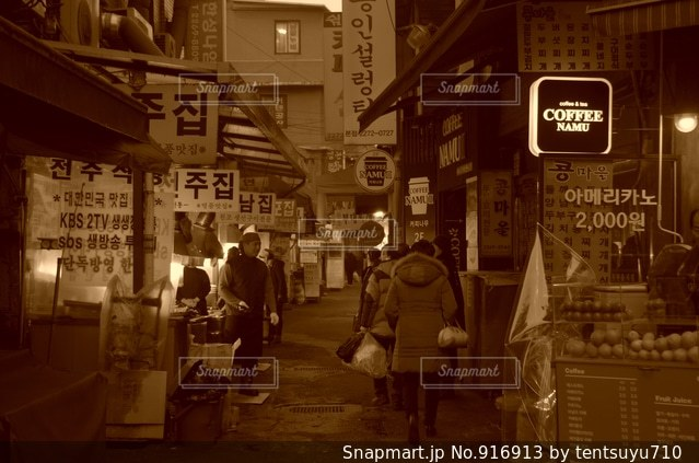 店の前を歩く人々 のグループ - No.916913
