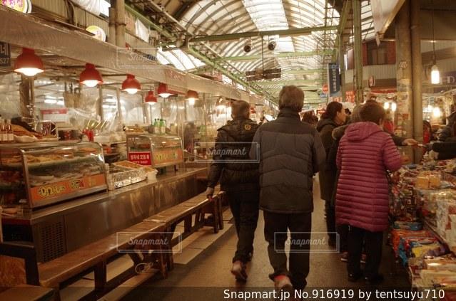 店の前に立っている人々 のグループ - No.916919
