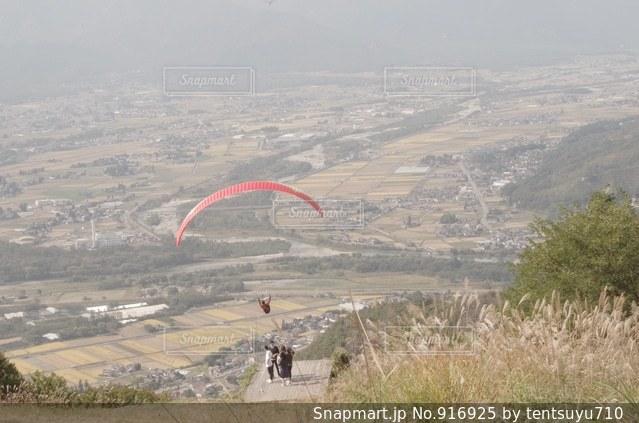 草で覆われた丘の上の凧の飛行の人々 のグループ - No.916925
