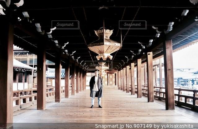 建物の前に立っている人の写真・画像素材[907149]