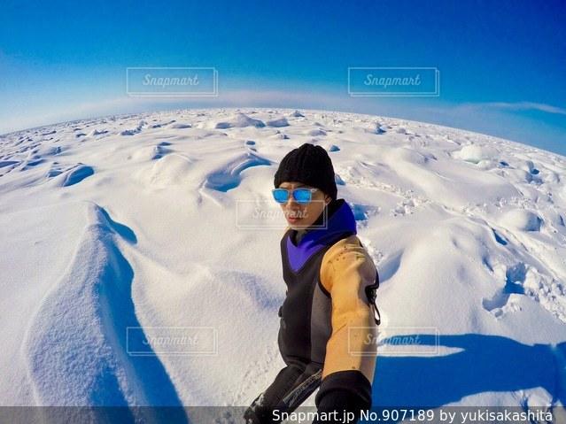 雪をスノーボードに乗る男覆われた斜面 - No.907189